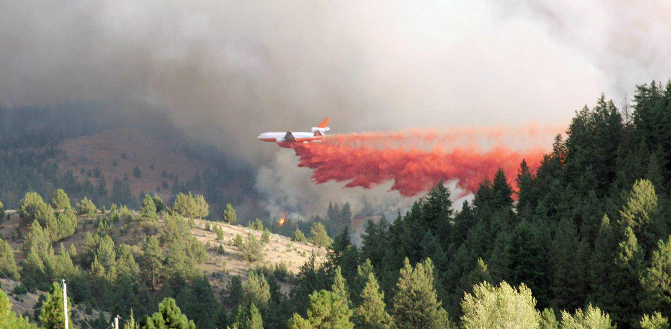 aircraft dropping fire suppressant