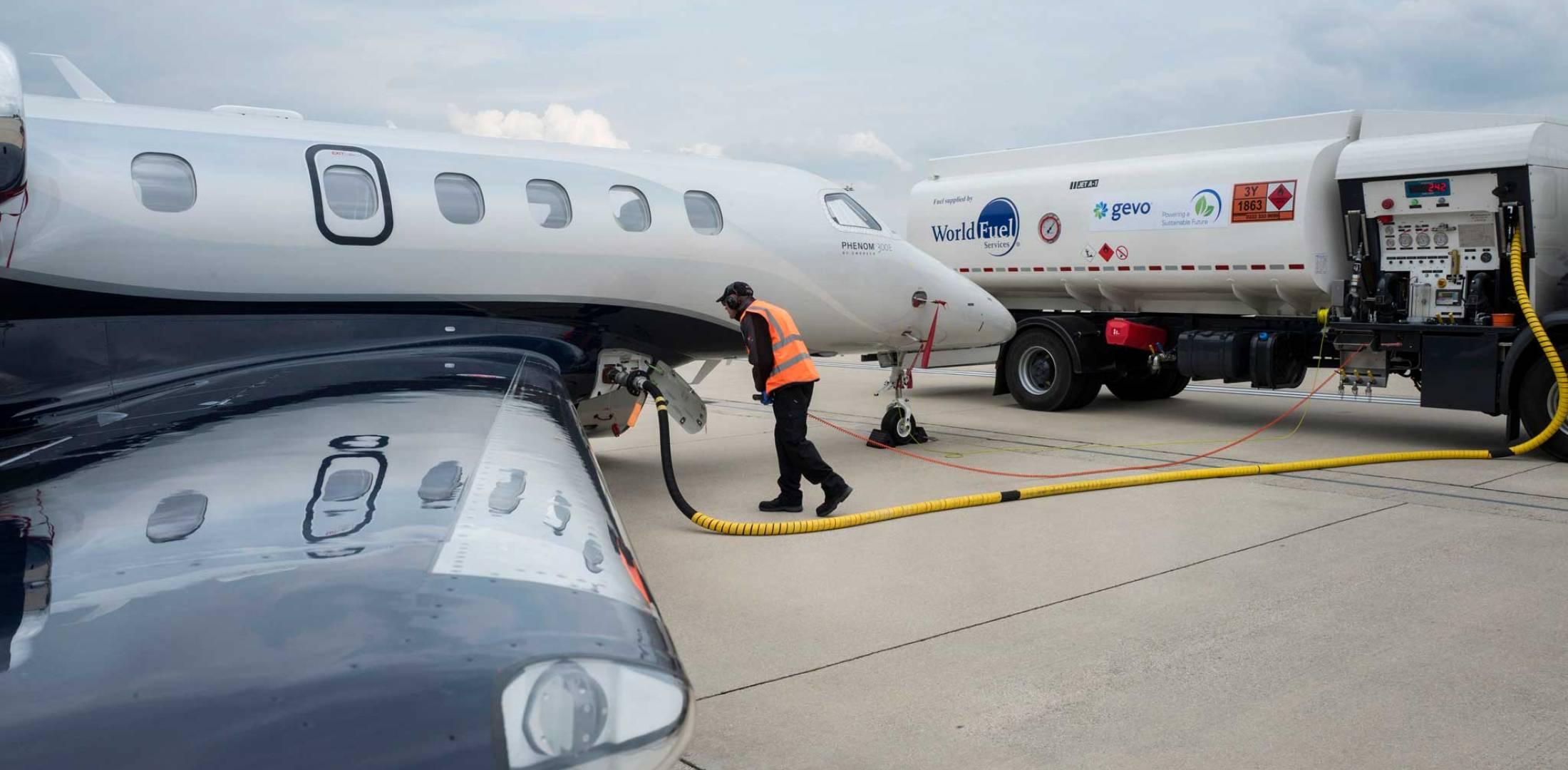Fueling aircraft with SAF
