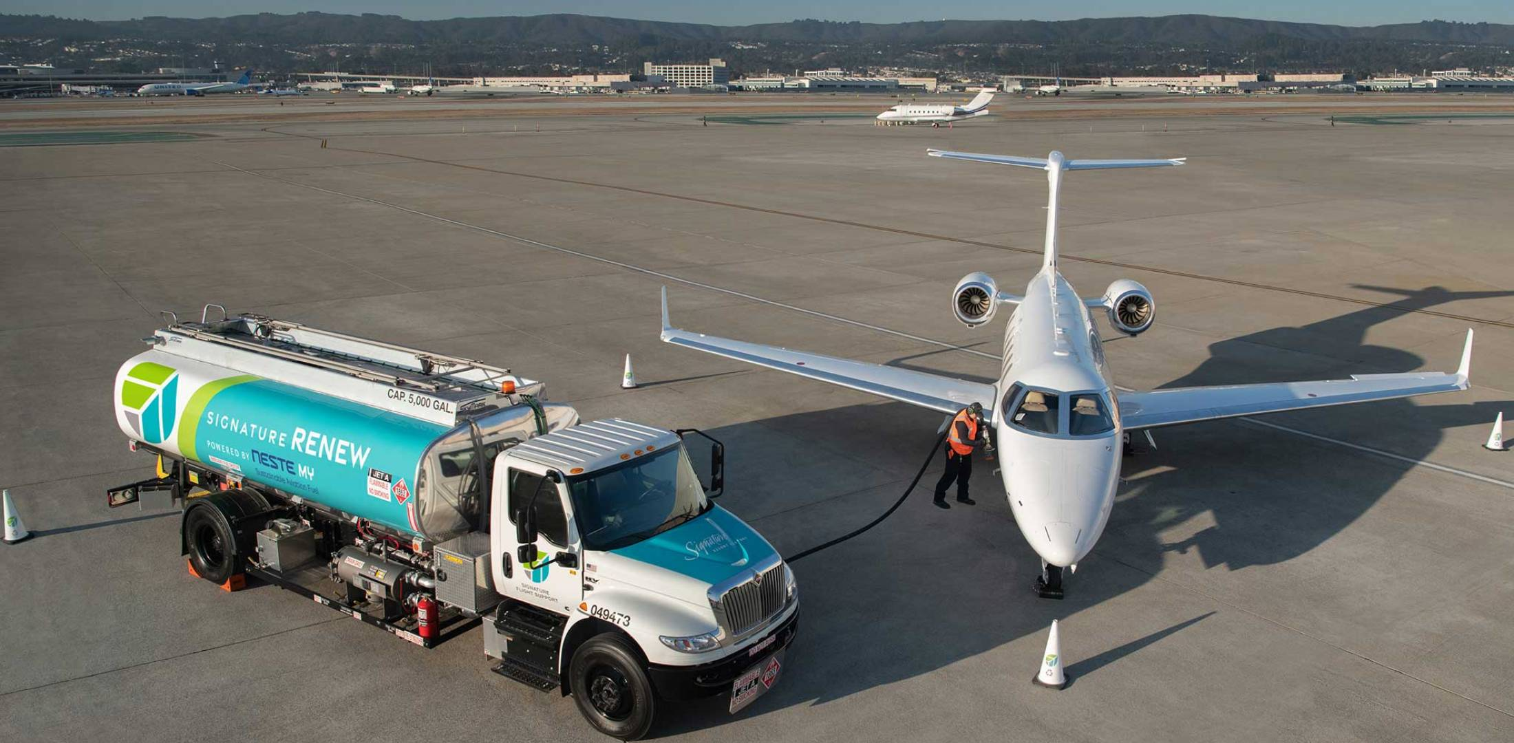 Signature refueler and Challenger 350