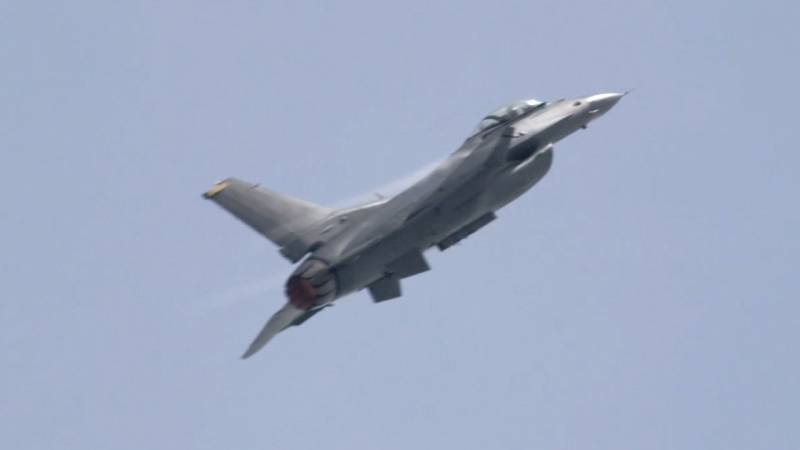 US Air Force F-16 C/D Fighting Falcon Thunders Over Singapore