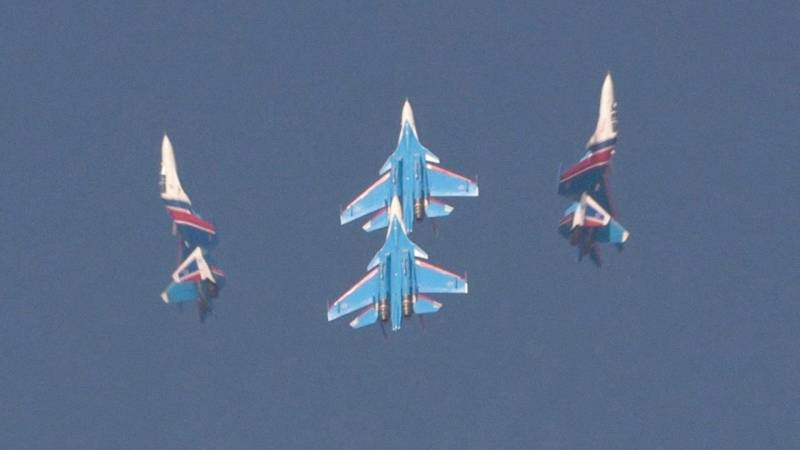 Russian Knights Perform Aerobatics with Sukhoi Su-30SM Fighters at Dubai Airshow
