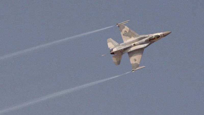 UAE's F-16E Desert Falcon Rips through the Sky at Dubai Airshow