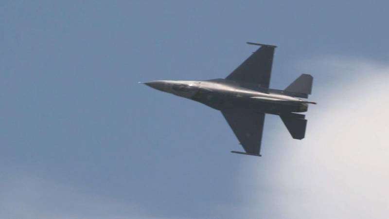 US Air Force F-16 Fighting Falcon Thunders Over Singapore