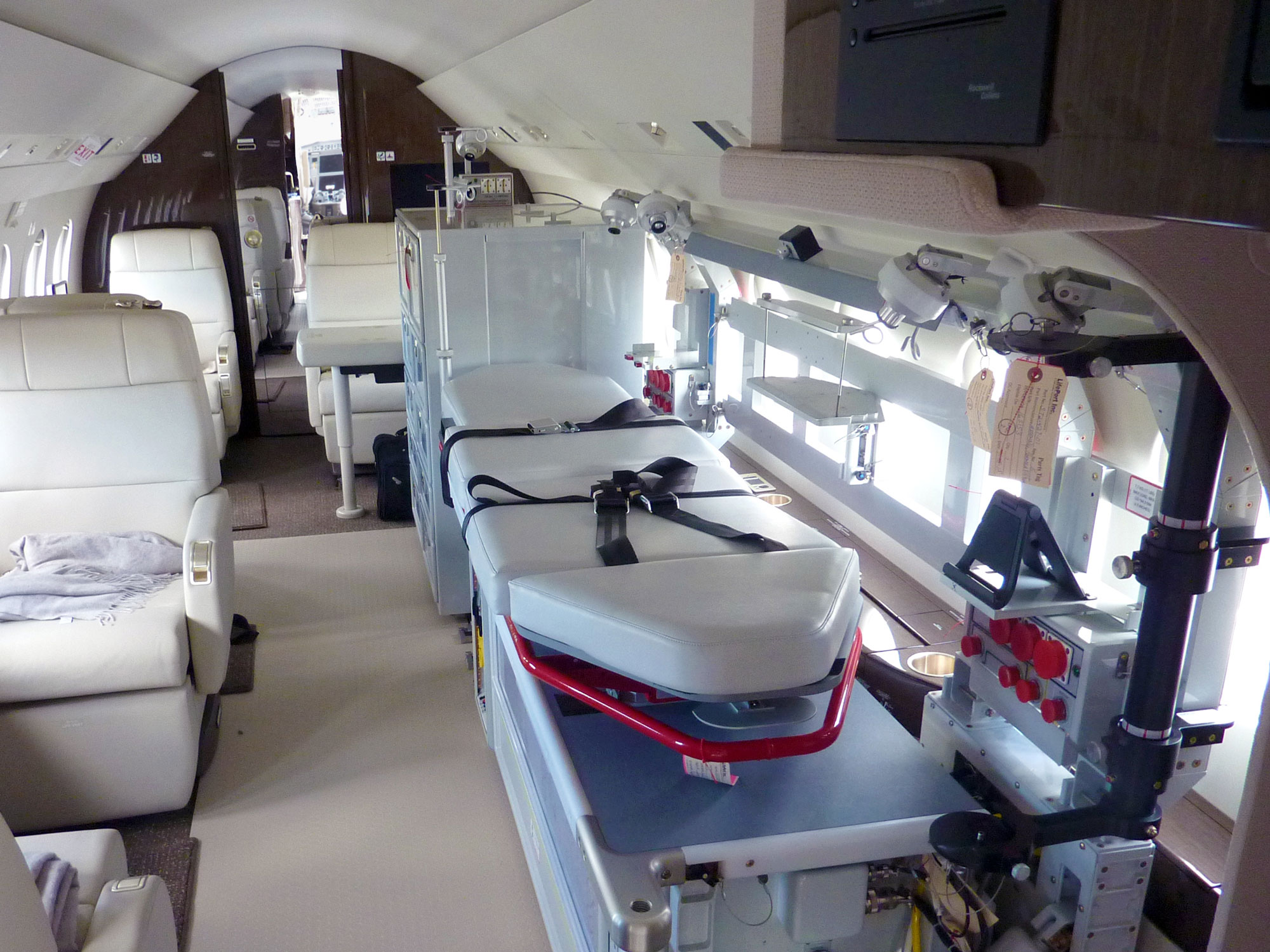 Beijing red cross to operate medevac falcon 2000lx for Interieur falcon 2000